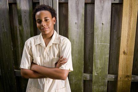 ni�o parado: Adolescente estadounidense, de pie en el patio trasero