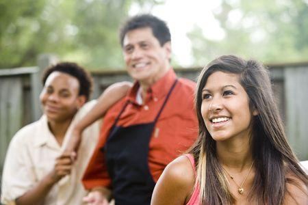 nios hispanos: Familia interracial - adolescente con el padre y su hermano en segundo plano Foto de archivo