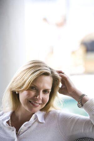 屋外で物欲しそうな成熟した金髪の女性のクローズ アップ 写真素材