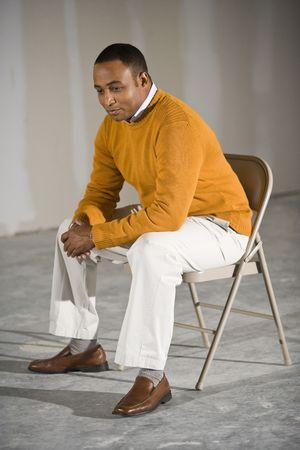 Hombre afroamericano en el espacio de la oficina comercial listo para buildout