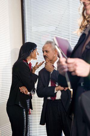 discreto: Hombre de negocios estadounidense y colega femenina en discusión privada