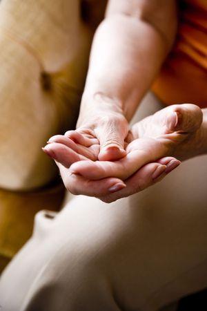artrite: Alzato le mani della donna anziana
