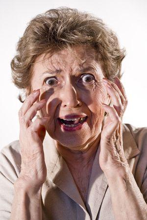 그녀의 얼굴에 겁 먹은 표정으로 할머니 스톡 콘텐츠