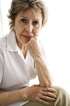 Portret van senior vrouw in haar jaren zeventig met ernstige expressie