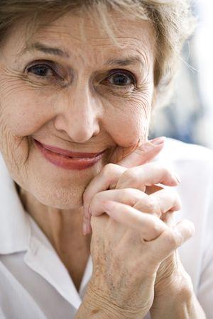 Close-up van happy senior vrouw in haar jaren zeventig