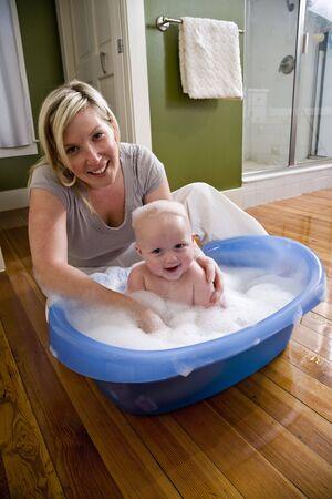 baarse: Feliz madre ba�arse a su lindo beb� de 7 meses de edad