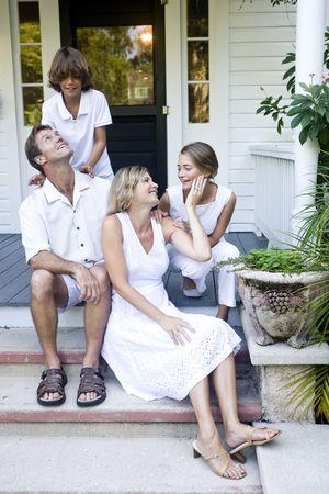 front porch: Familia junto en el paso de porche frontal Foto de archivo