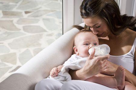 adultbaby: Mutter Feeding-Flasche um sechs Monate alten baby
