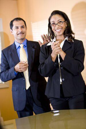 mujer con corbata: Exitosos j�venes afroamericanos femenina oficinista volviendo pat sobre de mediana edad Gerente masculina de hispanos