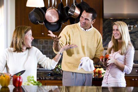 padres hablando con hijos: Familia con chica adolescente hablando juntos en la cocina