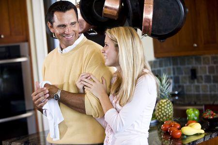 Sluit de vader en tiener dochter chatten in de keuken