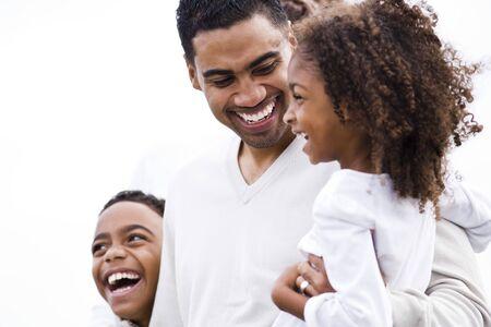 5 歳の娘と 10 歳の息子と一緒に笑って幸せなアフリカ系アメリカ人の父のクローズ アップ