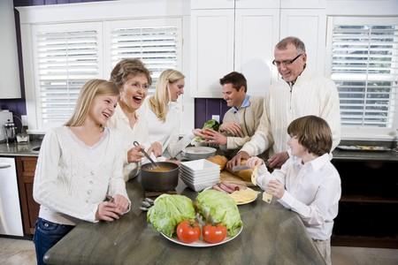 ランチ、話したり笑ったりし、ながら台所で 3 世代家族