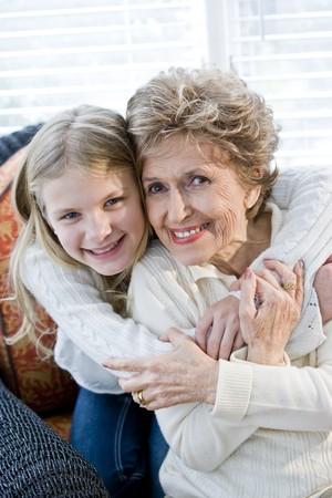 ハグ祖母を自宅で幸せな若い女の子の肖像画
