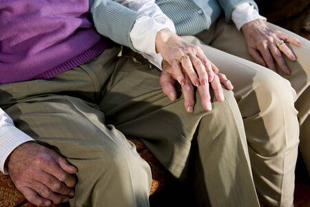 afecto: Manos de la pareja de ancianos afectuoso, tocando en la rodilla