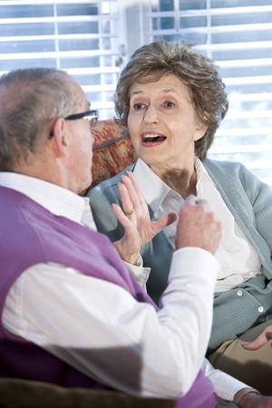 Close-up van de gelukkige senior paar chatten samen op de bank