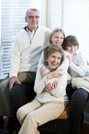 自宅で一緒に祖父母と子供の肖像画