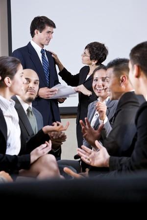 会話、アイデアを交換するビジネスマンの多様なグループ