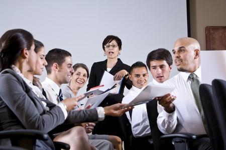 ヒスパニック系女性研修セミナーで若いビジネス人々 の多様なグループをリード