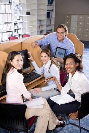 estudiantes universitarios: Universitarios diversas en el estudio de la computadora en la biblioteca