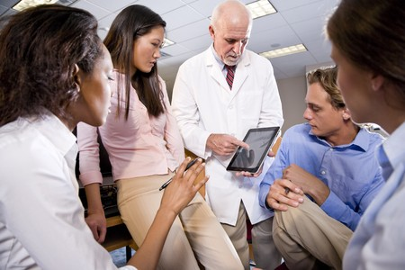 estudiantes medicina: Profesor llevaba bata de laboratorio tener conversaci�n con estudiantes universitarios