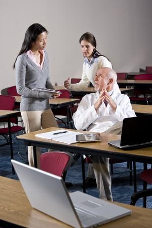 profesor: Cient�fico en Bata de laboratorio, hablando a los asistentes en la sala de conferencias