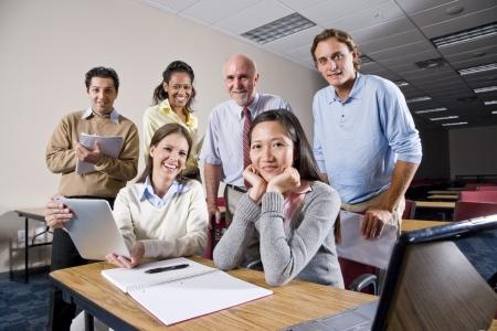 multiracial group: Grupo multirracial de estudiantes universitarios y profesores en clase  Foto de archivo