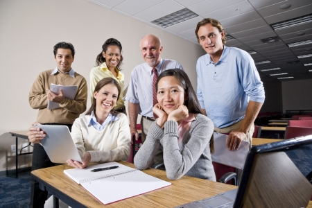 Multiraciale groep van college studenten en docenten in de klasse Stockfoto