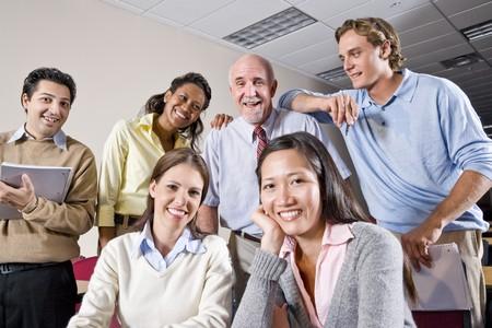 profesor: Grupo multirracial de estudiantes universitarios y profesores en clase  Foto de archivo