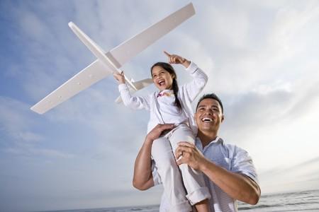 enfant qui joue: Papa hispanique et enfant de 9 ans jouer � la plage avec plan mod�le