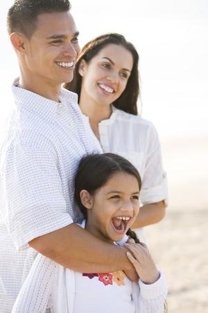 Portret van gelukkige Hispanic familie met jonge 9 jaar oude dochter lachen