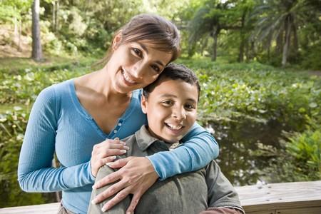mama e hijo: Retrato de la madre de hispanos y su hijo de 10 a�os al aire libre en el Parque