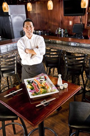 스시 플래터를 얹은 일식 레스토랑의 요리사 스톡 콘텐츠 - 7420904