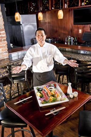 스시 플래터를 얹은 일식 레스토랑의 요리사 스톡 콘텐츠 - 7420901