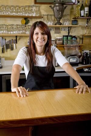 jasschort: Vriendelijke serveerster die achter teller in restaurant