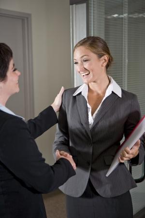 会議室のドアに手を振って、2 つの女性会社員 写真素材