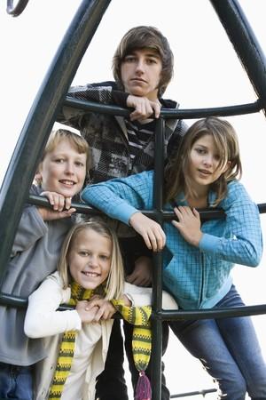 遊び場で一緒にポーズの子供 (10 ~ 15 年) のグループ 写真素材