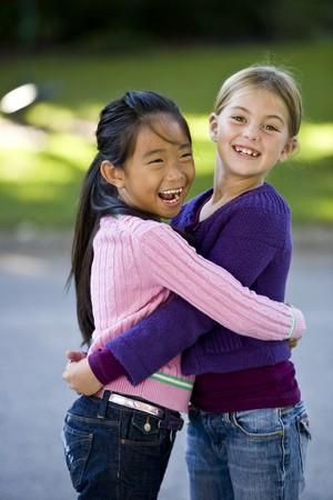 二人の女の子は 7 歳、幸せ一緒に