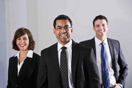 사무실에 서있는 기업인 아프리카 계 미국인 사업가, 40 대 초점