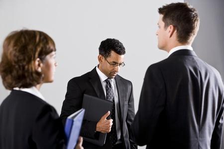 비즈니스 정장에 서로 다른 사람을 찾고, 안경을 쓰고있는 남자에 초점을 맞춘 다양한 사람들