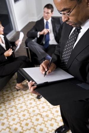 흑인 사업가, 40, 노트, 직장에서 대화하는 동료 만들기