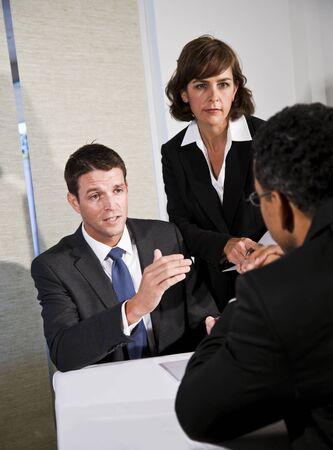 Mid-adult 사업가 사업가 회의 및 아프리카 계 미국인 남자와 협상