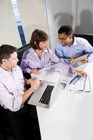 직장 다양성 - 회의실에서 함께 일하는 multiracial businesspeople 스톡 콘텐츠