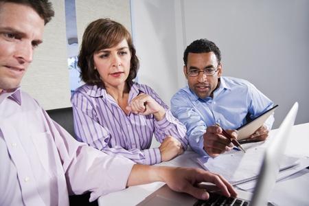 職場の多様性 - 多民族のビジネスマンが協力して、主要なアフリカ系アメリカ人の男に焦点を当てる