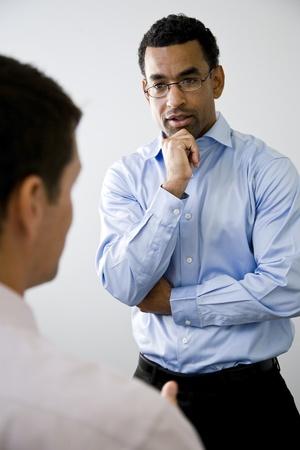 personas escuchando: Estados Unidos oficinista, 40, de pie y escuchar hablar de colega