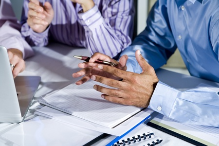 anonyme: Trois employ�s de bureau travaillant ensemble sur un projet, gesticulant, se concentrent sur la main en milieu Banque d'images