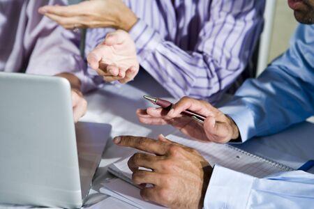 노트북을 사용 하여 프로젝트에 협력하는 세 회사원, 몸짓, 펜에 초점 스톡 콘텐츠