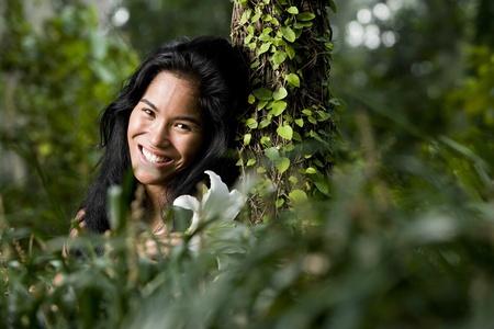 태평양 제도 민족, 20 년, 숲에서 아름 다운 여자의 얼굴 스톡 콘텐츠