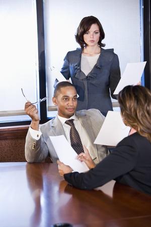 세 multiethnic 직장인 회의실, 남자에 초점 보고서를 논의