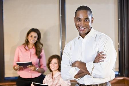 다양성 직장 - 아프리카 계 미국인 회사원 여성 동료와 남자에 초점 스톡 콘텐츠